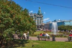 在喀山大教堂附近的正方形有喷泉的 库存照片