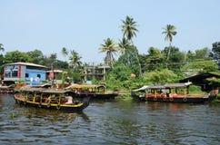 在喀拉拉死水,马拉巴尔海岸,印度的游船 免版税库存图片