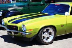 在善良者车展的经典黄色z28汽车 库存照片
