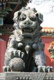 在喇嘛寺庙的中国监护人狮子在北京(中国) 免版税库存照片