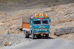 在喜马偕尔邦,印地安喜马拉雅山,印度高处Manali - Leh路状态的卡车  库存照片