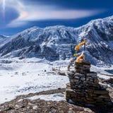 在喜马拉雅山山上的彩虹云彩在Tilicho湖附近 尼泊尔,安纳布尔纳峰保护地区 图库摄影