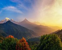 在喜马拉雅山山的五颜六色的日出在尼泊尔 免版税库存图片