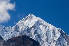 在喜马拉雅山山的庄严山峰在尼泊尔 库存照片