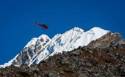 在喜马拉雅山山的救生员直升机在尼泊尔 图库摄影