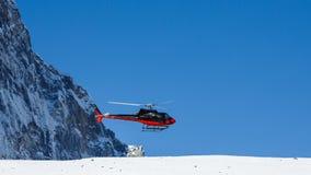 在喜马拉雅山山的救生员直升机在尼泊尔 免版税库存图片