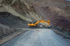 在喜马拉雅山山的重的修路汽车。印度,拉达克 库存图片