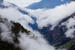 在喜马拉雅山山Panaramic视图的薄雾 免版税库存照片