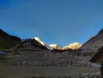 在喜马拉雅山的日出 登上马纳斯卢峰 第八座高山在世界上 免版税库存照片