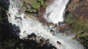 在喜马拉雅山范围尼泊尔的瀑布从从寄生虫的空气视图 股票视频