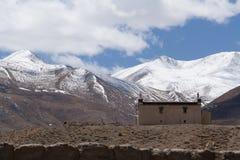 在喜马拉雅山,西藏附近的议院 免版税库存图片