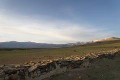 在喜马拉雅湖的早晨在佛教墙壁附近 免版税库存照片