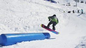 在喷射器的挡雪板乘驾 晴朗的日 手段滑雪 人们 极其体育运动 股票视频