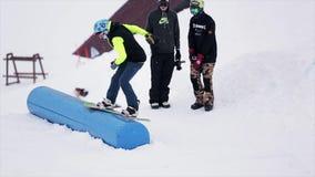 在喷射器的挡雪板幻灯片在山的滑雪胜地 极其体育运动 人们 跳板 挑战 影视素材