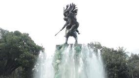 在喷泉中间的一个Diponogoro雕象 股票录像