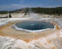 在喷泉小山的有顶饰水池 库存照片