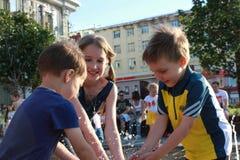 在喷泉的儿童游戏 免版税库存图片