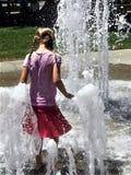 在喷泉的夏天乐趣 免版税图库摄影