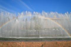 在喷泉的彩虹在莫斯科地区 免版税库存图片