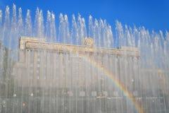 在喷泉的彩虹在莫斯科地区 库存照片