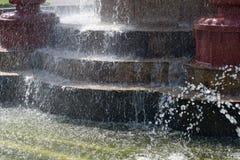 在喷泉的步的水 免版税库存照片