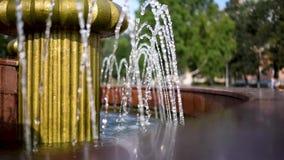 在喷泉的水在一个热的夏日喷射 股票视频