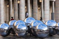 在喷泉的银色球在王宫皇家宫殿 图库摄影