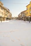 在喷泉的随风飘飞的雪在波摩莱老镇的大街上在保加利亚 免版税库存图片