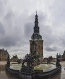 在喷泉的雕象在入口向菲特列堡防御, 库存照片