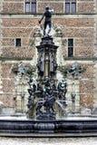 在喷泉的雕象在入口向菲特列堡防御, 图库摄影