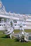 在喷泉的雕象在著名惊人的白色佛教寺庙的背景 免版税图库摄影