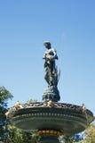 在喷泉的雕象在蓝色下 免版税库存图片
