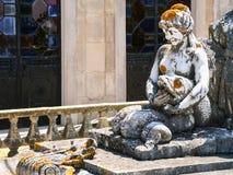 在喷泉的雕象在Estoi宫殿庭院里  免版税库存图片