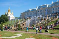 在喷泉盛大小瀑布的晴朗的7月天在Peterhof 图库摄影