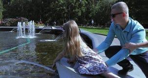 在喷泉边缘的女孩 股票录像