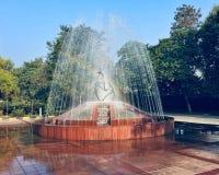 在喷泉里面的美丽的彩虹 库存图片