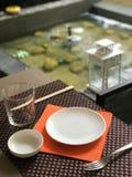 在喷泉附近制表在竹毛巾的设置东方午餐的 图库摄影