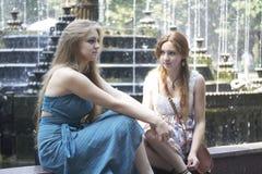 在喷泉附近的两个女孩 免版税库存照片