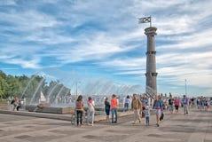 在喷泉附近的人们在公园 圣彼德堡 俄国 库存照片