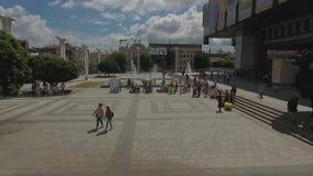 在喷泉附近的步行在街市 股票视频