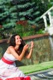 在喷泉附近的美丽的女孩 免版税库存图片