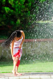 在喷泉附近的美丽的女孩 库存照片