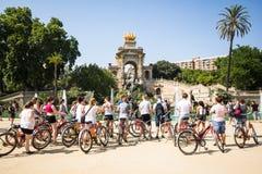 在喷泉附近的骑自行车者 免版税库存图片