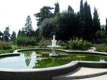 在喷泉附近的水池在公园 图库摄影