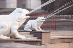 在喷泉青蛙孩子的雕象跳舞在驻地正方形在伏尔加格勒 库存照片