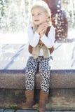 在喷泉,秋天时间附近的小女孩 图库摄影