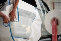 在喷洒期间,附有本文喷漆车库车身工作汽车修理油漆在事故以后 库存图片