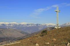 在嗡嗡声山的巨大的十字架在莫斯塔尔 库存图片