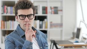 在嘴唇的手指,打手势沈默的创造性的人 股票视频