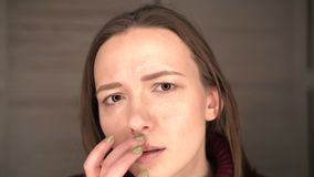 在嘴唇的疱疹,一部分的与手指的一张妇女` s面孔在有疱疹的,秀丽概念嘴唇 股票视频